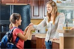 पेेरेंट्स अपनी इन आदतों में करें बदलाव, बच्चे की परवरिश होगी बेहतर!