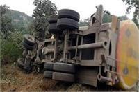 चट्टान से टकराकर पलटा अनियंत्रित टैंकर, 2 की दर्दनाक मौत