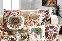 Cushion Designs: अलग-अलग प्रिंटेड कुशन कवर से घर को दें डिफरेंट लुक