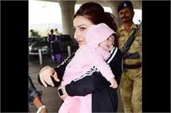 एयरपोर्ट पर बेटी इनाया के साथ स्पॉट हुईं सोहा, देखे तस्वीरें