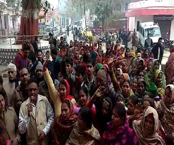 शराब ठेके के विरोध में उतरीं शाहजहांपुर की महिलाएं, जिला अधिकारी को सौंपा ज्ञापन