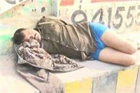 खाकी की गरिमा को किया तार-तार, नशे में धुत सिपाही ने वर्दी उतारकर सड़क पर किया तमाशा
