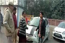 No parking में खड़ी कार को उठाए जाने से भड़की महिला, दी ट्रैफिक पुलिसकर्मियोंको भद्दी गालियां