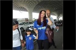 एयरपोर्ट पर मैंचिग आउटफिट में दिखीं एेश्वर्या-आराध्या, देखें तस्वीरें