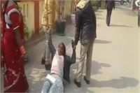 बुजुर्ग महिला के साथ पुलिस की अभद्रता, धक्के देकर भगाया