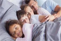 मां- बाप के साथ सोने से बच्चे की ये समस्याएं हो जाती हैं दूर