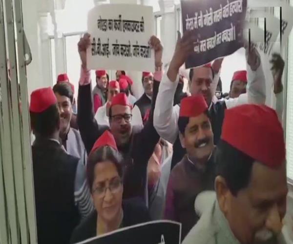 यूपी: विधानसभा परिसर में SP नेताओं का प्रदर्शन, पुलिस पर फर्जी मुठभेड़ का आरोप