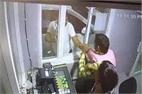 कन्नौज में गजटेड अधिकारियों ने की टोल टैक्स कर्मियों से गुंडागर्दी, घटना CCTV में कैद