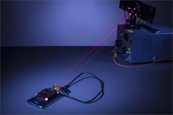 नई लेज़र प्रणाली से 14 फीट की दूरी से भी चार्ज होगा स्मार्टफोन
