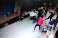 बेखौफ बदमाशों का आतंक जारी, सरेराह दूध व्यवसाई की लाठी-डंडों से की पिटाई