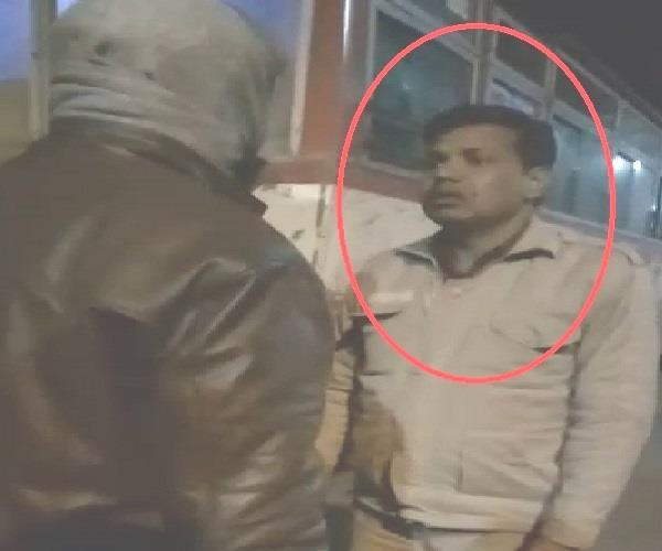 UP पुलिस का कारनामाः नशे में धुत सिपाही ने लोगों से किया गाली गलौज, वीडियो वायरल