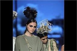 AIFWAW18: हैंडबैग लेकर रैंप पर उतरी Nitin Bal की ये Models