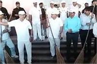 स्वच्छता अभियान बना फाेटाे खिंचवाने का माध्यम, जहां नहीं था कूड़ा वहां DGP ने लगाई झाड़ू