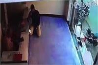 चोरों ने दिनदहाड़े उड़ाए लाखों के जेवर, दुकान के CCTV कैमरे में कैद हुई वारदात