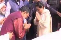 BSP सुप्रीमो मायावती से मिले सपा नेता राम गोविंद चौधरी, हाथ जोड़कर एक-दूसरे का किया अभिवादन