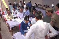 गोरखपुर उपचुनाव मतगणना में धांधली: चुनाव आयोग ने जिलाधिकारी से किया जवाब-तलब