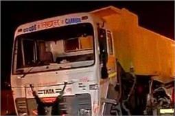 कानपुर में खड़े डम्पर से टकराया ट्रक, पिता की मृत्यु बेटा घायल