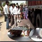 अनियंत्रित ट्रक ने सड़क किनारे खड़ी मां-बेटी को रौंदा, दर्दनाक मौत