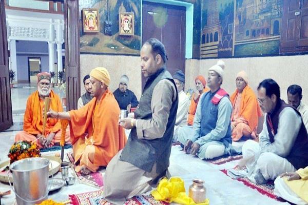 गोरखपुर पहुंचे सीएम योगी, गोरक्षनाथ पीठ के किए दर्शन
