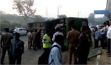 दिल्ली : डंपर की टक्कर से पलटी DTC बस