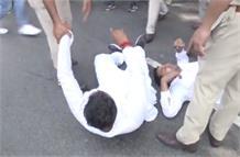 एमजे अकबर के इस्तीफे की मांग को लेकर युवा कांग्रेस का प्रदर्शन