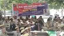 पीआरडी जवानों ने वेतन बढ़ाने को लेकर किया विशाल धरना प्रदर्शन, सरकार को दी चेतावनी