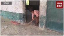 शिक्षकों की लापरवाही, किताब की जगह बच्चों के हाथ में थमा दी झाड़ू