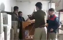 रेड का LIVE वीडियो : मेडिकल स्टोर में घुसे चोरों को पुलिस ने दबोचा