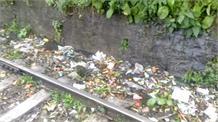 देखें सोलन हेरिटेज रेलवे ट्रैक के चारों तरफ फैला गंदगी का अंबार