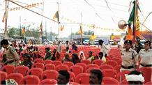 CM की जनसभा में खाली कुर्सी का सच, ट्रैक्टर-ट्रॉलीओं में भरकर लाए गए थे ग्रामीण!