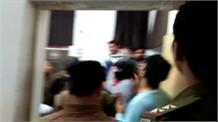 खाना खाने गए युवकों से होटल कर्मचारियों की मारपीट, CCTV में कैद हुई घटना