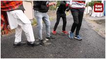 घटिया तारकोल डालने के विरोध में सड़कों पर उतरे लोग,  PMGSY विभाग पर फूटा गुस्सा