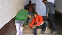 छात्र नेता बन गए भिखारी, पैरों में गिरकर मांगी वोट की भीख