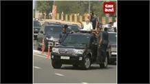 PM मोदी के रोड शो में चलती कार से गिरा कमांडो