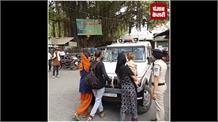 पिता को गिरफ्तार कर ले जा रही थी पुलिस, डाल बनकर गाड़ी के सामने खड़ी हुईं बेटियां, देखिए फिर क्या हुआ
