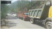 ओवर स्पीड ट्रक तीखे मोड़ पर हुआ 'बेकाबू', हाईवे पर गाड़ियों को मारी टक्कर