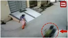 देखिए कैसे फिल्मी स्टाइल में महिला की चेन लूट कर ले गए चेन स्नैचर