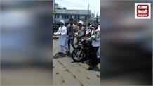 कांग्रेसियों ने गले में सब्जियां टांग कर महंगाई का विरोध, मोदी सरकार के खिलाफ की नारेबाजी