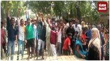 पानी और बिजली की समस्या से परेशान होकर ग्रामीणों ने लगाया जाम