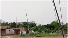 बांस के पोल के सहारे गांव में हो रही बिजली आपूर्ति,  बिजली विभाग मौन