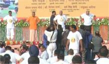 राज्यपाल रामनाईक,गृहमंत्री राजनाथ और सीएम योगी ने हजारों लोगों के साथ किया योग