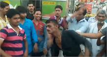महिला का बैग चोरी कर फरार हो रहे चोर को भीड़ ने दबोचा, जमकर की पिटाई