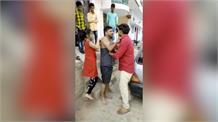 ट्यूशन टीचर नहीं की फीस वापस तो छात्रा ने बीच सड़क पर चप्पलों से पीटा