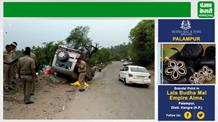 अनियंत्रित होकर बीच सड़क पर पलटी कार, सात महिलाएं बुरी तरह घायल