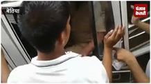 शराब माफियाओं से वसूली करने आई पुलिस को लोगों ने पीटा