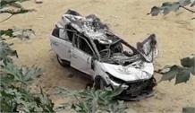 रेलिंग तोड़ते हुए नीचे जा गिरी तेज रफ्तार कार, 2 लोगों की दर्दनाक मौत