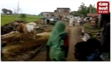 ग्रामीणों ने पुलिसवालों को दौड़ा-दौड़ाकर पीटा