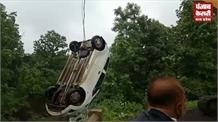 बेकाबू कार नाले में गिरी, छह लोगों की मौत