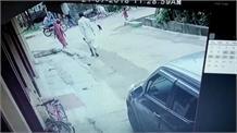मौत को मात, ऊपर से निकली कार कैमरे में कैद तस्वीर