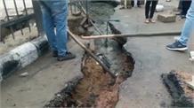 दिल्ली बारिश : जलभराव के बाद ग्रेटर कैलाश मेट्रो स्टेशन के बाहर धंसी सड़क